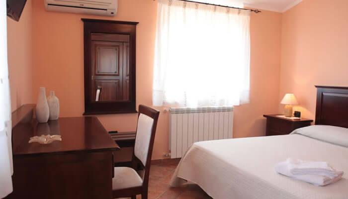 Bed and Breakfast Villa Isa a Sant'Angelo di Drapia - scrivania camera