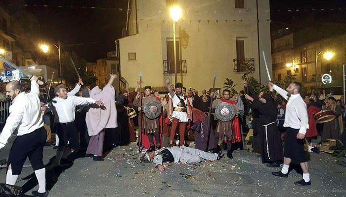 I tri da cruci, festa popolare di Tropea - scenetta