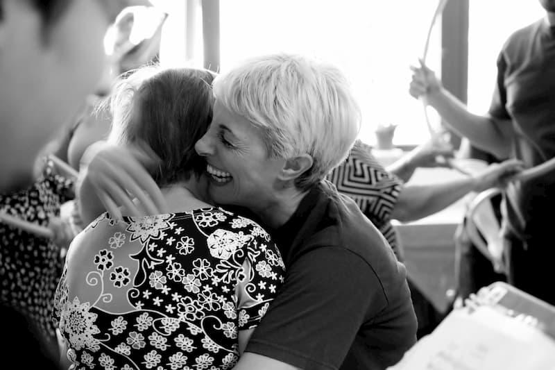 Foto di Elena Sodano a contatto con una persona con demenza ospite della RaGi