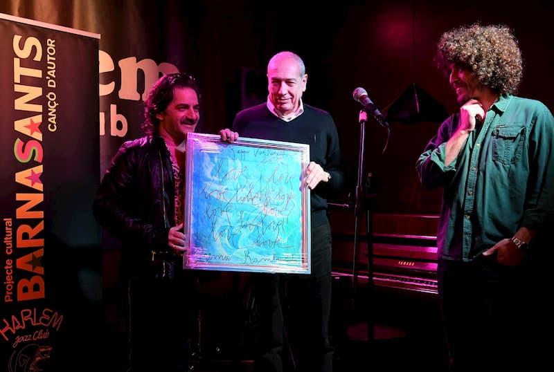 Voltarelli mentre riceve il premio Rambaldi da Franco Fabbri
