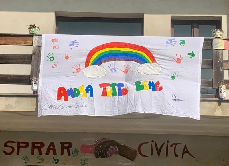 Civita i ragazzi dello Sprar hanno realizzato un bellissimo arcobaleno
